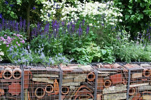 Bordure fai da te o da riciclo un quadrato di giardino for Divisori da giardino